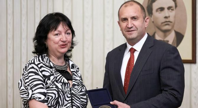 Държавният глава Румен Радев отличи днес Съюза на българските журналисти