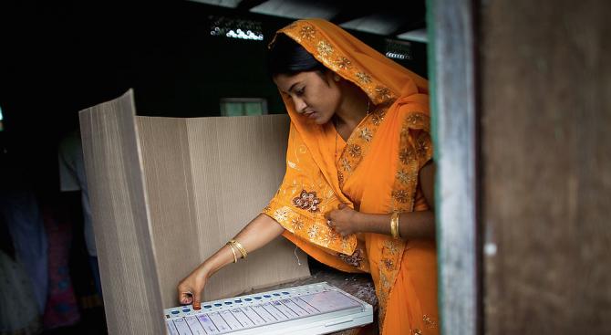 Около 500 маскирани въоръжени мъже нападнаха индийски изборни служители в