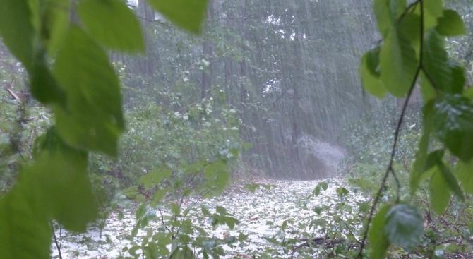 Очакват се силни бури с градушки през следващото денонощие. Синоптиците