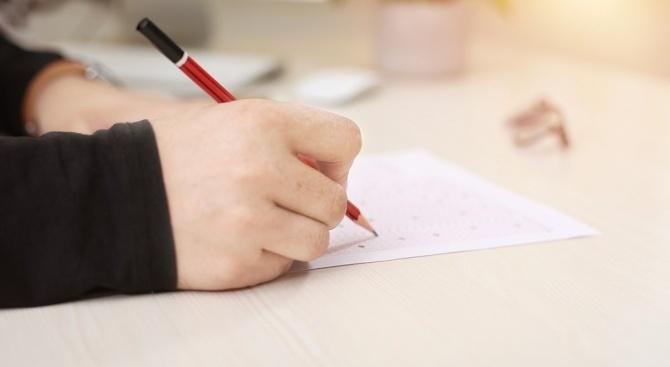 На много места учителите няма да получат традиционното допълнително плащане