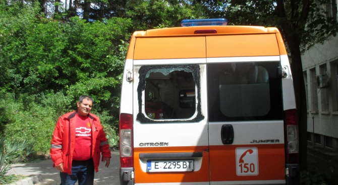 Екип на Спешна помощ е бил нападнат в град Гоце
