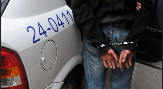 Закопчаха мъж опитал да подкупи полицаи, за да не съставят протокол за предупреждение след семеен скандал
