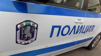 Млад мъж стреля от двора на къщата си в село Овчарци