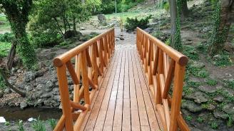 Монтираха култовото мостче на желанията в Морската градина във Варна