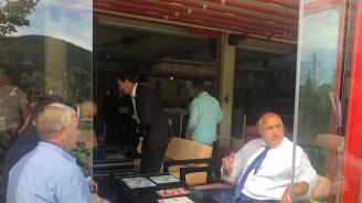 Борисов посреща Ципрас в Кирково, снима се с местните
