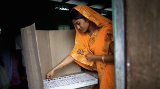 Маскирани нападатели отмъкнаха машини за гласуване в Индия