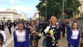 Мая Манолова с кампания срещу ДДС  при дарението на книги