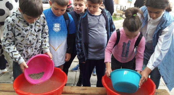 Снимка: Над 40 деца се включиха в нестандартно хоби – промиване на речен златоносен пясък