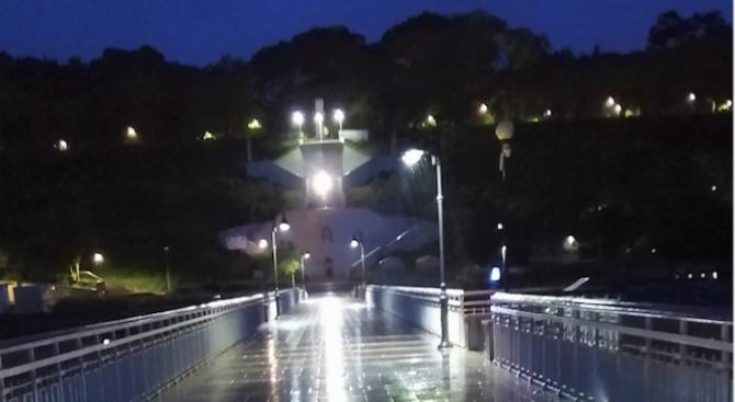 Допълнителни дванайсет осветителни стълба са монтирани на моста на централния