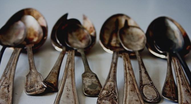 Снимка: Извадиха от стомаха на индиец лъжици, тирбушони, четки за зъби и нож