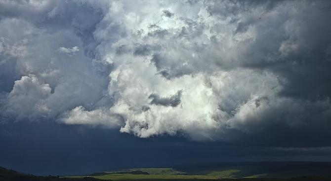 Днес се очакват краткотрайни валежи от дъжд с гръмотевици