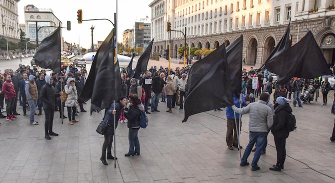 Протестиращи майки пред Министерски съвет: Да спасим децата от системата!