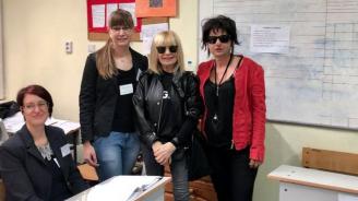 Лили Иванова се снима в избирателната секция