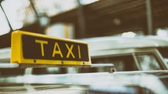 Такси изхвърча от пътя и се преобърна