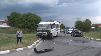 Автомобил и автобус се блъснаха на завой в Хасковско, има ранени
