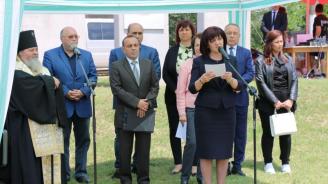 Трудно е да помним тези моменти от историята, заяви Караянчева в Белене