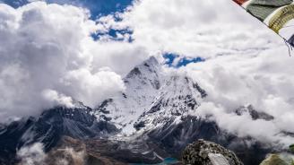 Издирват 8 алпинисти в Хималаите