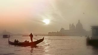 Круизен кораб се удари в кей във Венеция, четирима са ранени
