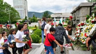 С общоградско поклонение в Сливен беше отбелязан Денят на Ботев и на загиналите за свободата на България
