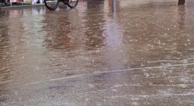 Проливен дъжд в Пазарджик наводни улици и тротоари, предаде репортер