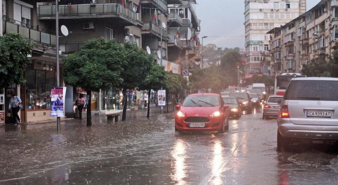 Нова порция интезивен дъжд се изсипа над Велико Търново днес
