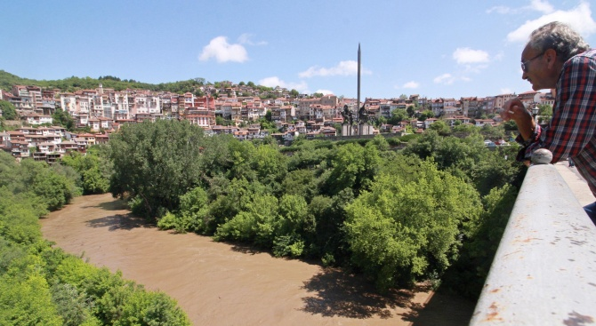 Продължава почистването на наноси и дървета, струпани под мостовете на