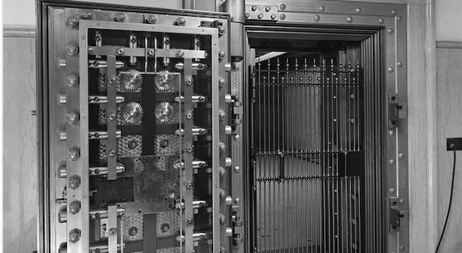 Посетител на музей в Канада отворил сейф, който стоял заключен