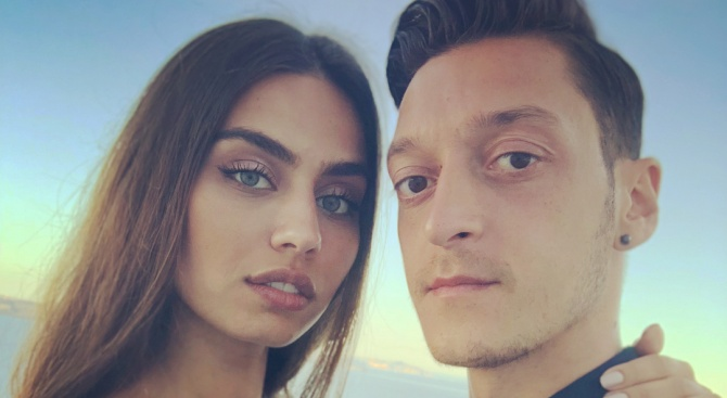 Германският футболист от турски произход Месут Йозил и турската манекенка