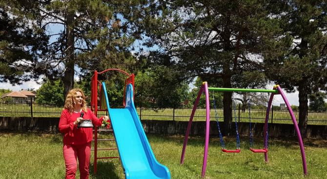 Нова детска площадка с люлка и пързалка, голяма беседка и