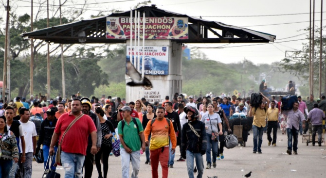 Хиляди венецуелци влязоха в Колумбия, за да си купят храна и лекарства