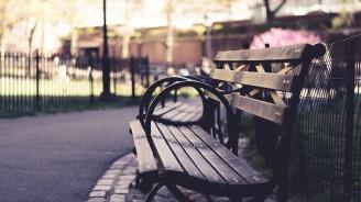 Подобрява се градската среда в Каварна с нови пейки и спирки