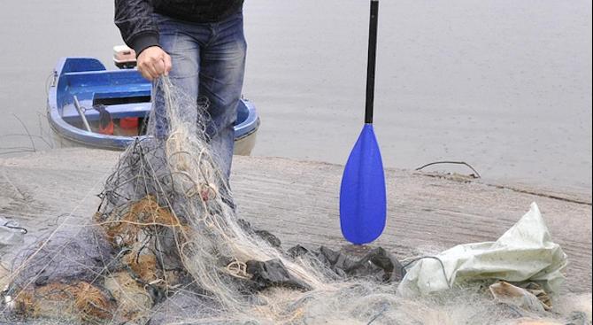 Бракониерски мрежи и риба са извадени от водите на язовир
