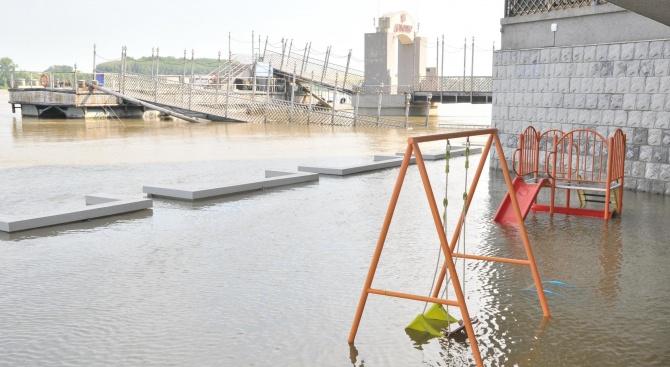 Река Дунав заля крайбрежни понтони и заведения при Силистра
