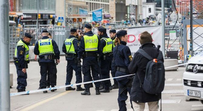 Шведски полицаи раниха мъж, ритал чанта по земята на централната