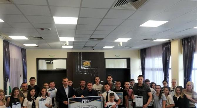 """Бургаски ученици получиха стипендии от конкурса """"Учи, работи,  спечели"""""""