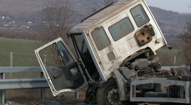 Два тежкотоварни камиона са катастрофирали край село Медовница, няма жертви.