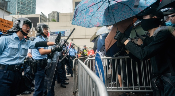 Полицията в Хонконг използва днес сълзотворен газ и палки, за