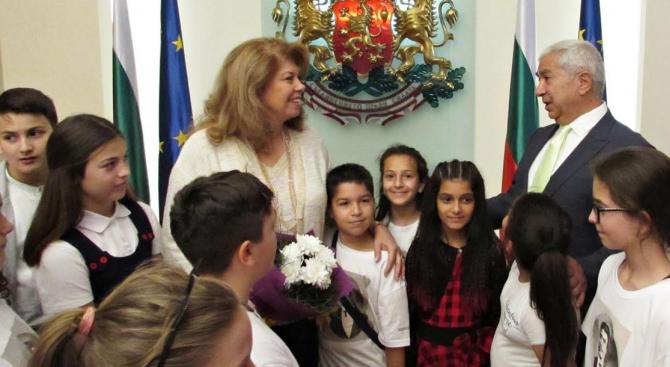 """Ученици от софийските клубове """"Млади възрожденци"""" гостуваха на вицепрезидента Илияна Йотова"""