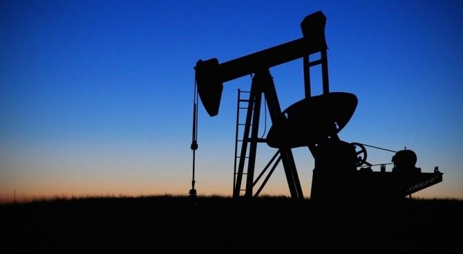 Петролът поевтинява с близо 3% след ръст на складовите запаси в САЩ