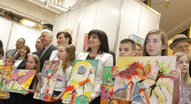 Караянчева откри благотворителна изложба на Превантивно-информационния център по проблемите на наркоманиите в София