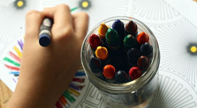 Осемгодишната Петя Димитрова от Школата по рисуване към Общинския детски