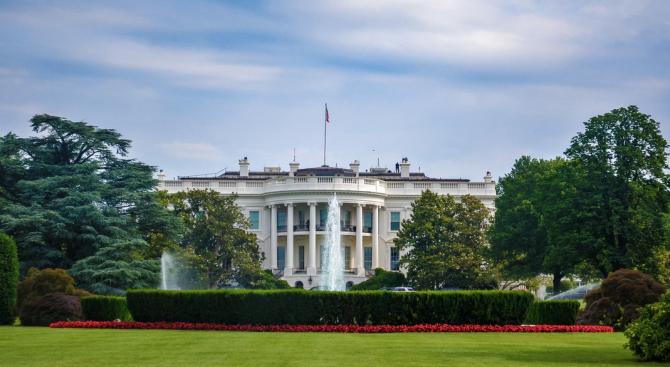 Говорителката на Белия дом Сара Сандърс се оттегля от поста си