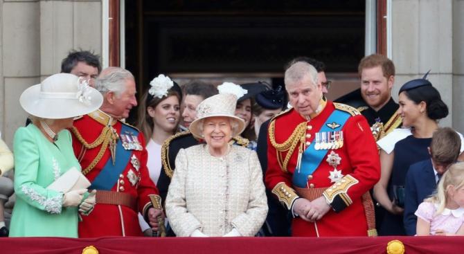Снимка: Принц Хари направи забележка на Меган Маркъл на балкона на Бъкингам