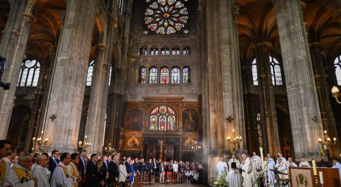 """В парижката катедрала """"Нотр дам"""" днес бе отслужена първата литургия"""