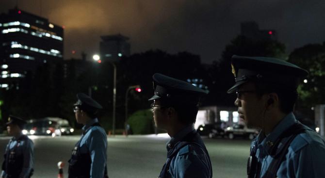 Японски полицай беше наръган с нож при предполагаема преднамерена атака