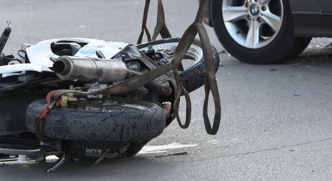 Млад мъж е загинал при катастрофа между лек автомобил и