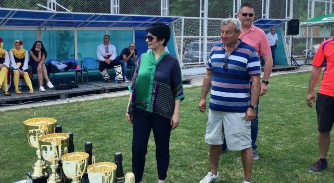 Народният представител Десислава Атанасова връчи трофея в ръцете на капитан