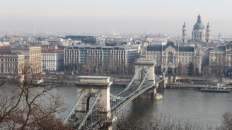 В Будапеща изваждат круизното корабче, потънало в Дунав