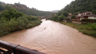 Специализирана техника отводнява великотърновското село Хотница