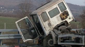 Два камиона се сблъскаха във Видинско